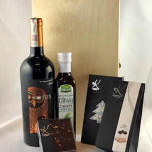 Skrzynka z winem i czekoladą i oliwą
